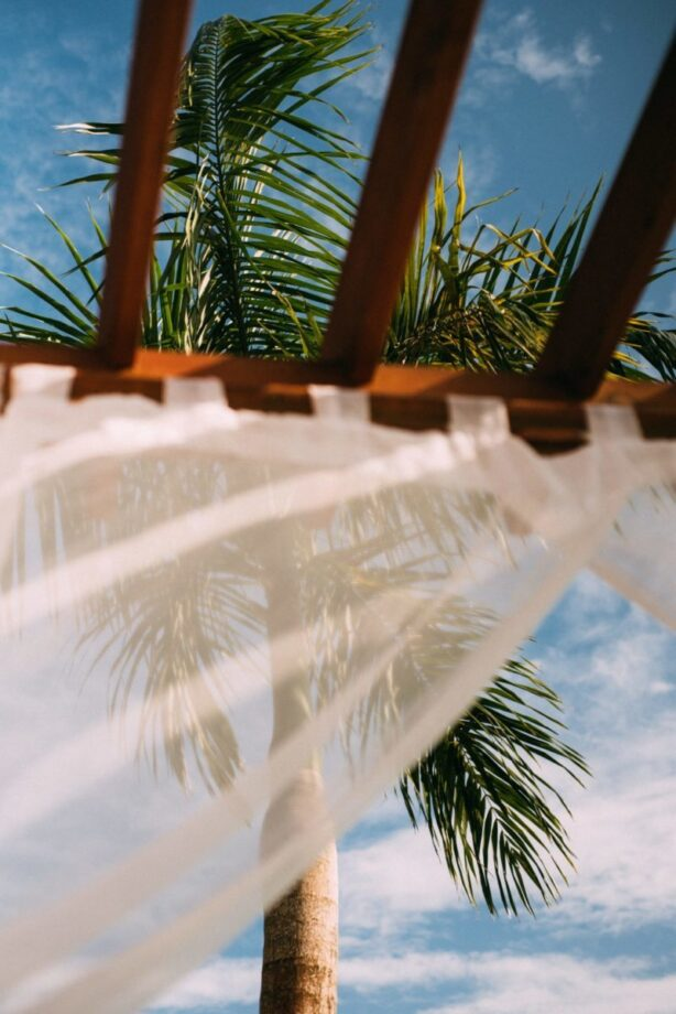 Cómo colgar cortinas al aire libre con alambre