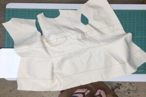 Cómo hacer un vestido con una manta: 2 métodos sencillos de bricolaje