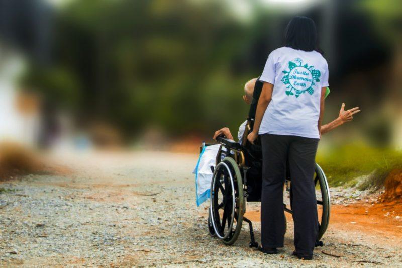 ¿Cómo transferir a un paciente paralítico de una silla de ruedas a la cama?