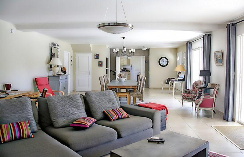¿De qué tamaño es el área del asiento en un sofá de dos plazas reclinable?
