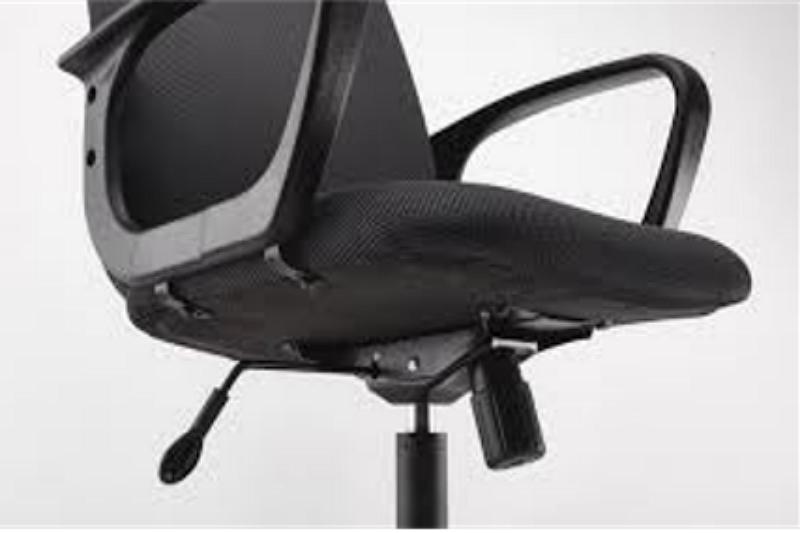 Cómo ajustar la base de la silla giratoria para que permanezca en su lugar