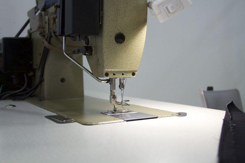 Cómo desmontar una máquina de coser Husqvarna: 2 pasos