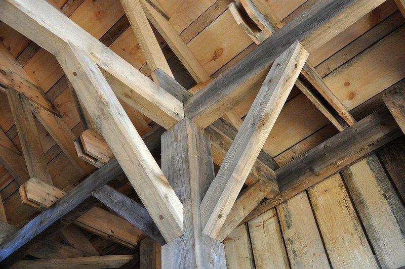 Cómo reparar la madera dañada por el agua en los postes de la casa: 4 sencillos pasos